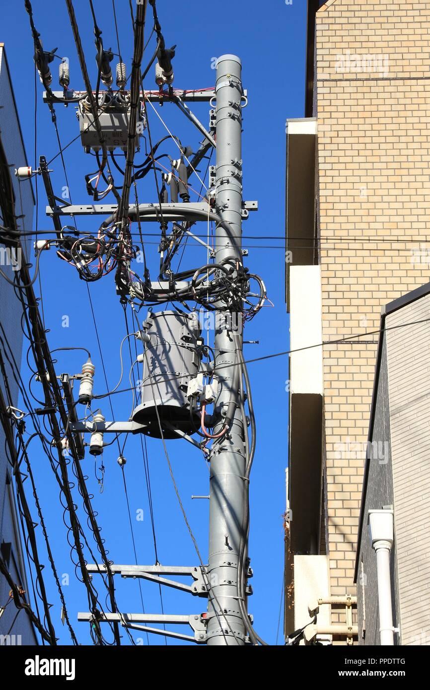Strom Netzwerk in Japan - typische Stadt elektrische Pole in Tokio. Stockbild