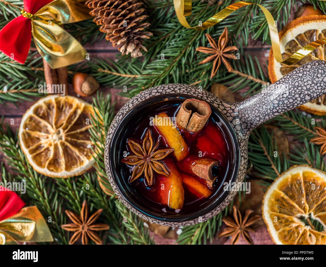 Weihnachten Glühwein mit Zimt, orange und Stern in einem Keramik Schüssel mit Winter Dekorationen Anis. Stockbild