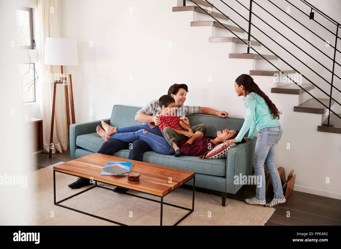 Familie Spaß liegend auf dem Sofa zu Hause zusammen Stockfoto