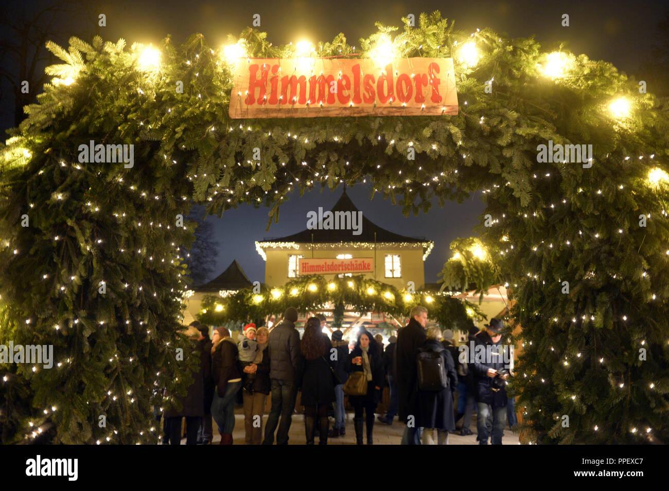 Weihnachtsmarkt Am Chinesischen Turm.Eingang Himmelsdorf Auf Die Festlich Beleuchtete Weihnachtsmarkt Am