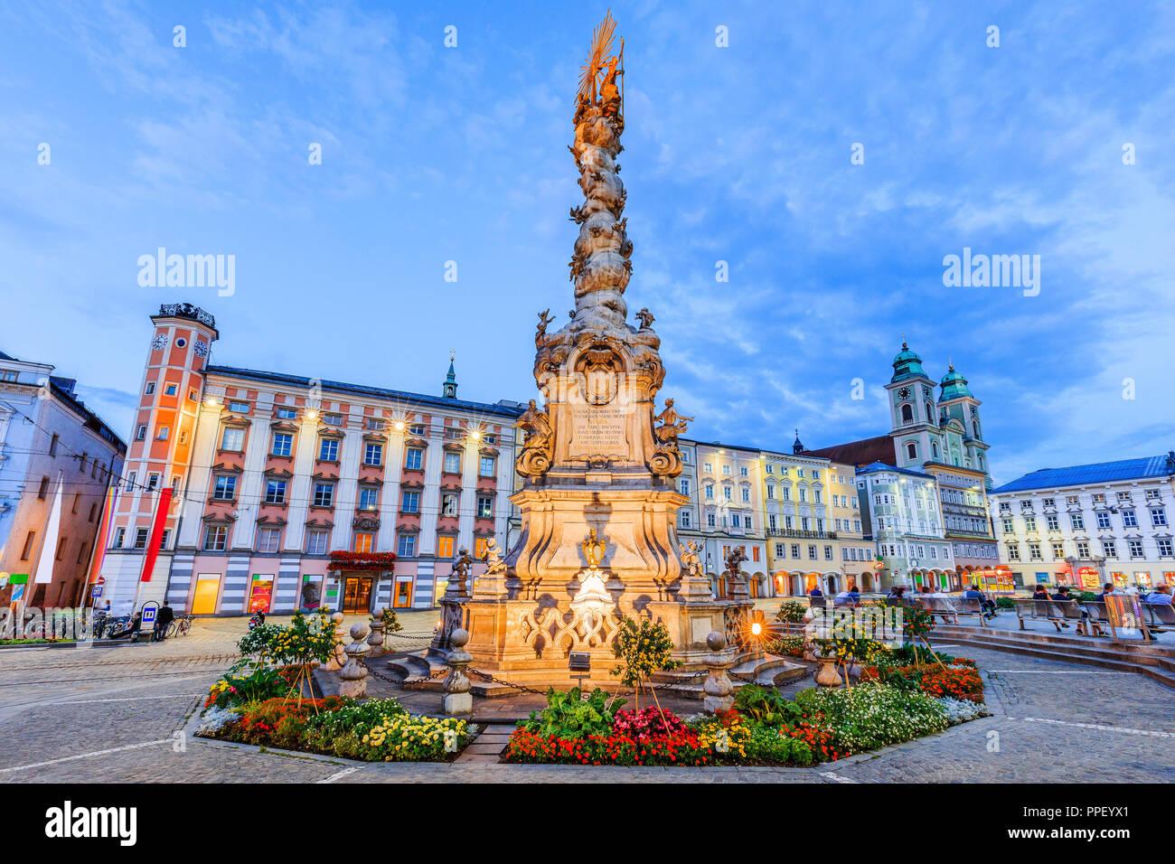 Linz, Österreich. Dreifaltigkeitssäule auf dem Hauptplatz (Hauptplatz). Stockbild