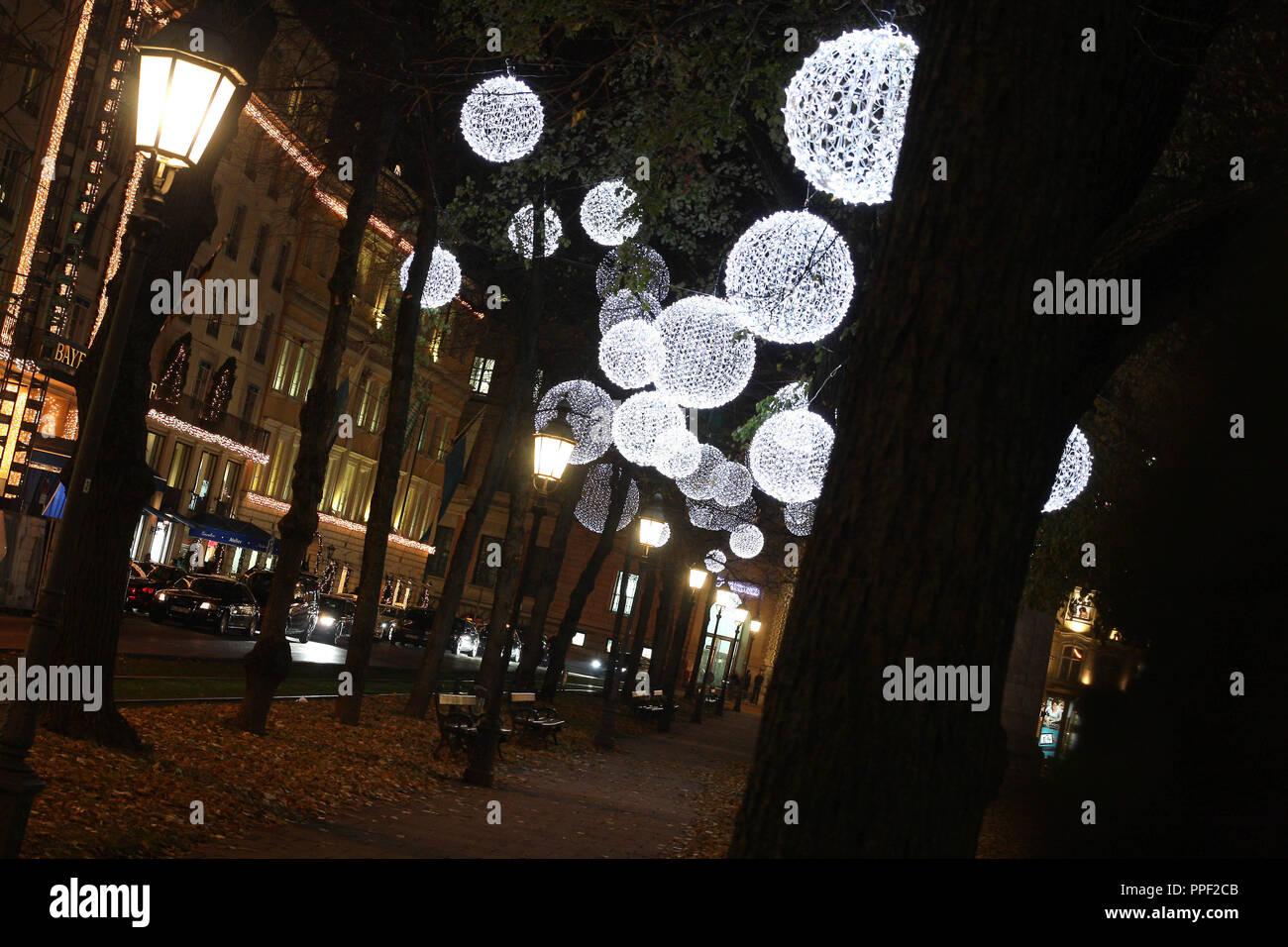 Weihnachtsbeleuchtung München.Weihnachtsbeleuchtung Auf Den Bäumen Am Promenadeplatz In München