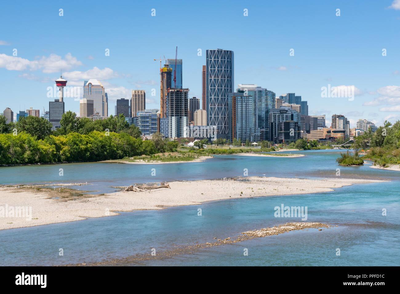 Skyline der Stadt Calgary, Alberta, Kanada entlang des Bow River Stockbild