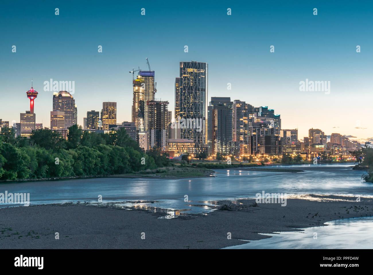 Night Skyline der Stadt Calgary, Alberta, Kanada entlang des Bow River Stockbild