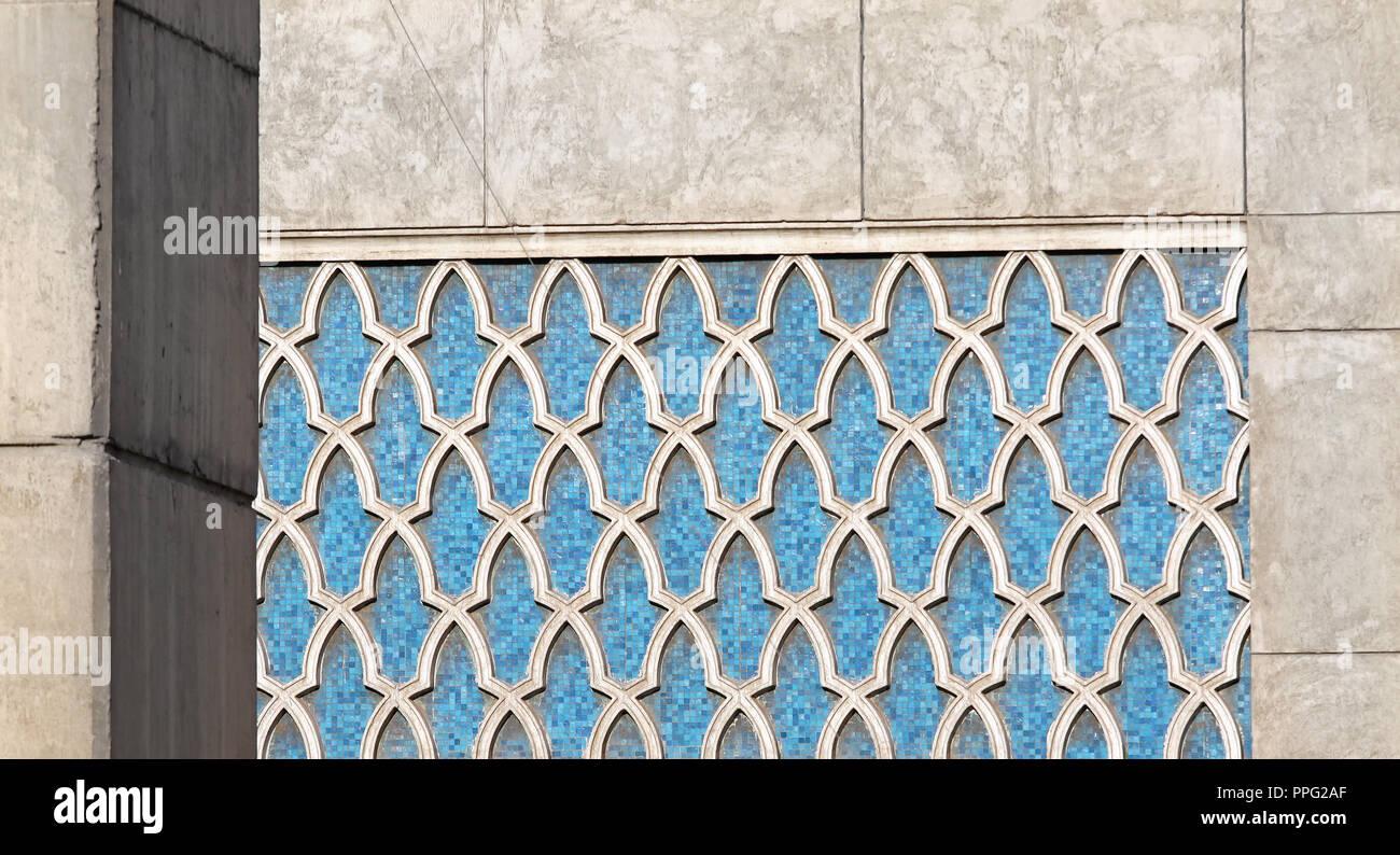 Die traditionelle arabische Blumenmuster in blau Mosaik Fliesen Stockfoto