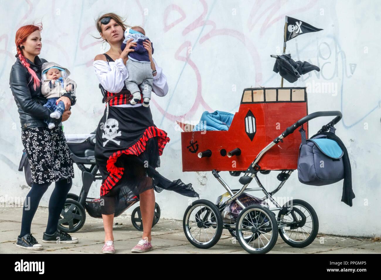 Alternative Mütter mit Babys und Kinder, Kinderwagen, Prag Holesovice, Tschechische Republik Stockbild