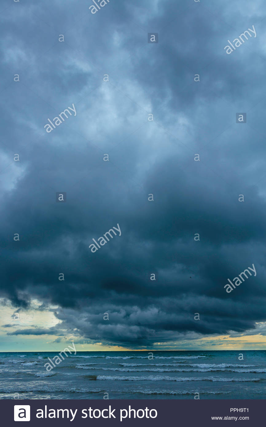 Gathering Storm clouds schwere Wetter schlechtes Wetter über den Lake Ontario an Bluffer's Park in Toronto, Ontario, Kanada. Stockbild