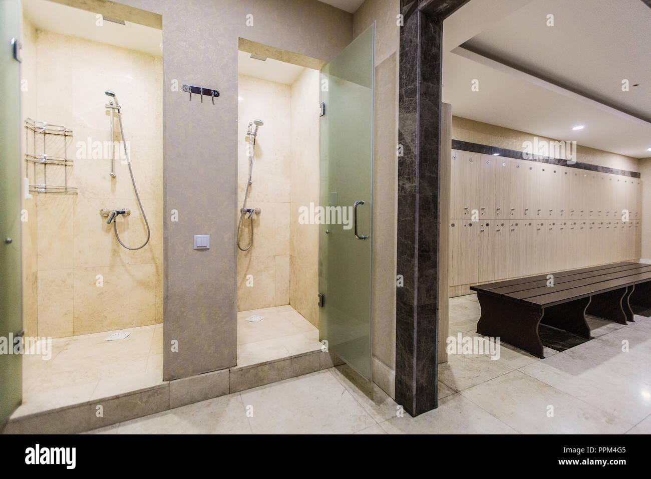 Garderobe Im Hotel Oder Fitnessraum Holz Sitzbank Und Dusche