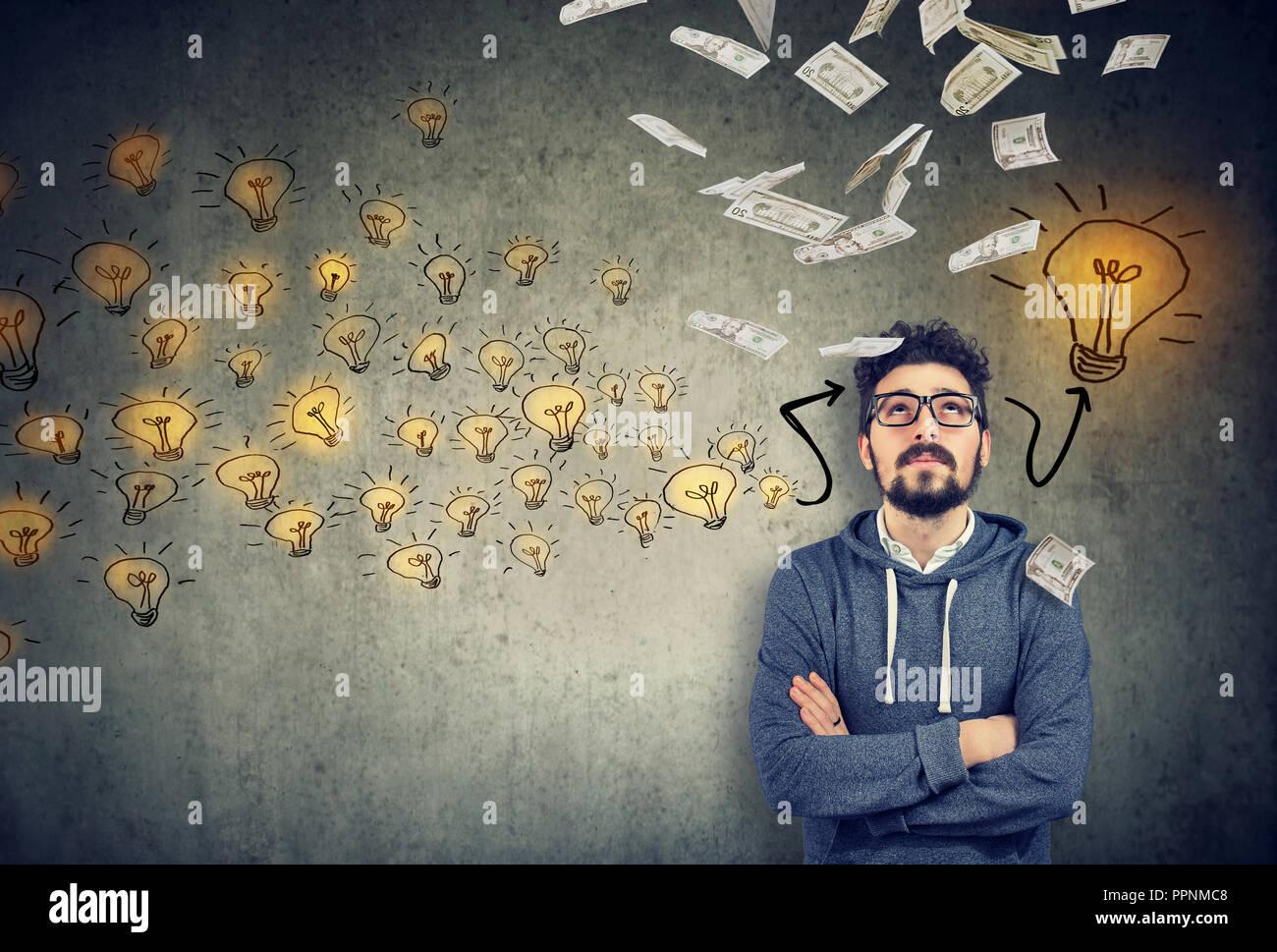 Hübscher junger Mann Nachsinnen über eine neue finanziell erfolgreiche Idee Stockbild