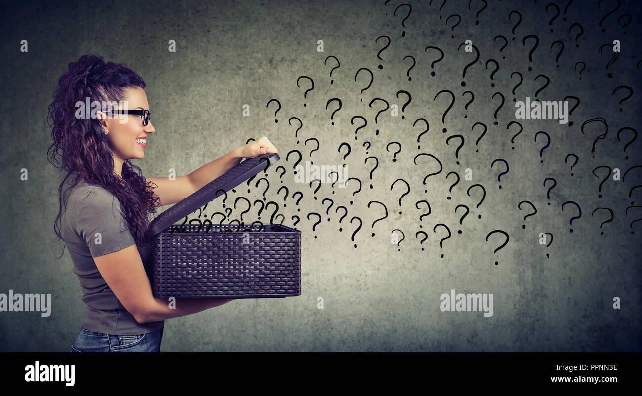 Glückliche Frau mit vielen Fragen auf der Suche nach einer Antwort Stockbild