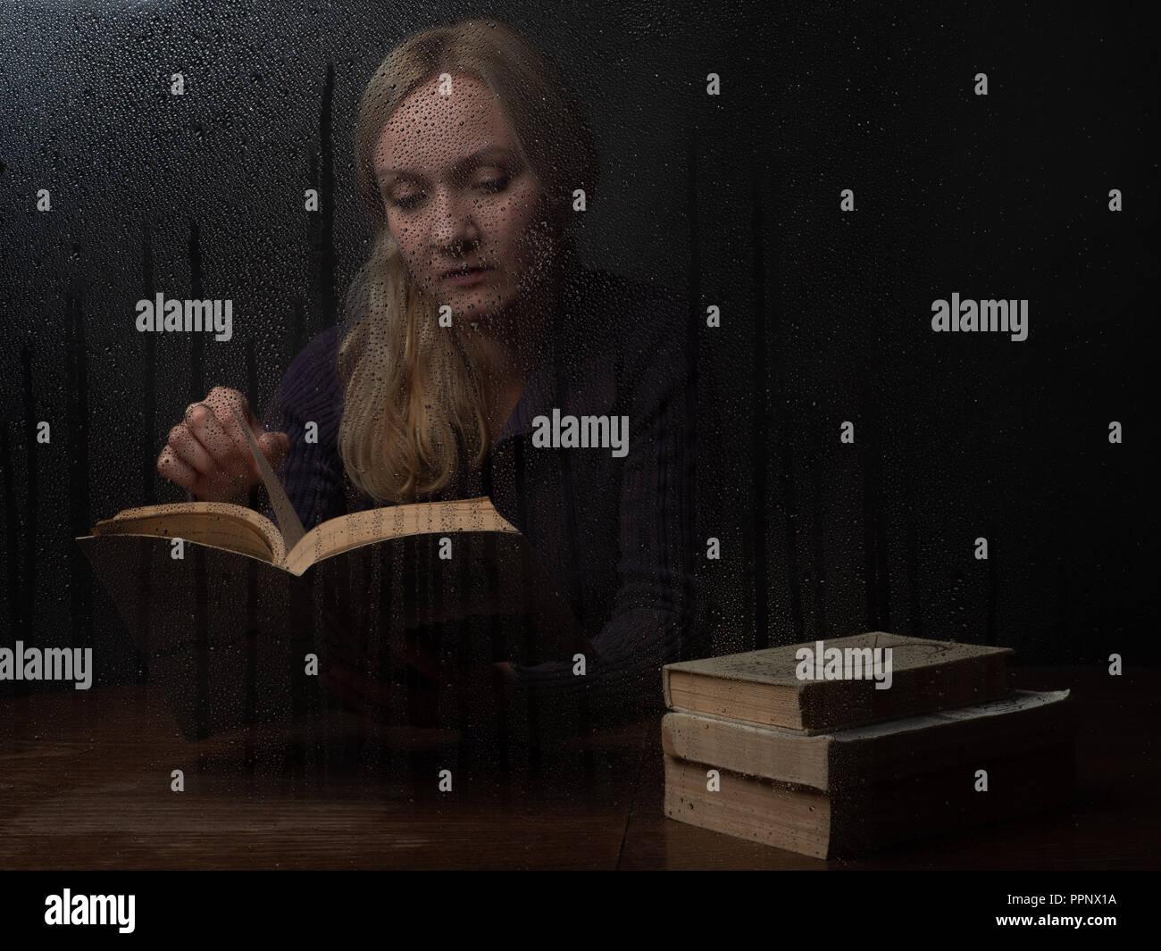 Natürlich schönen tausendjährigen Frau liest Buch an den regnerischen Herbst Tag Stockbild