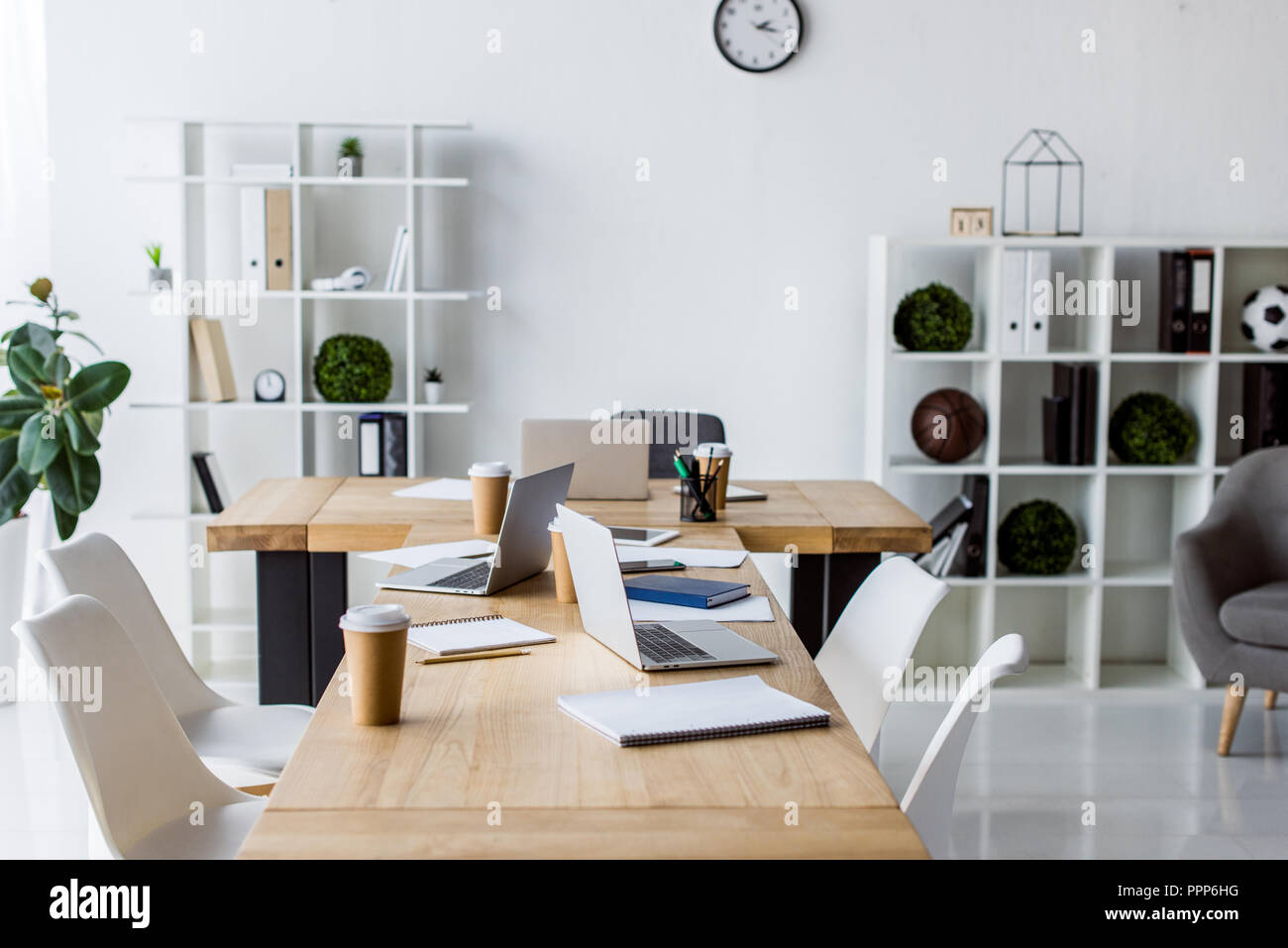 Innenraum Des Modernen Business Office Notebook Mit Tisch Stühlen