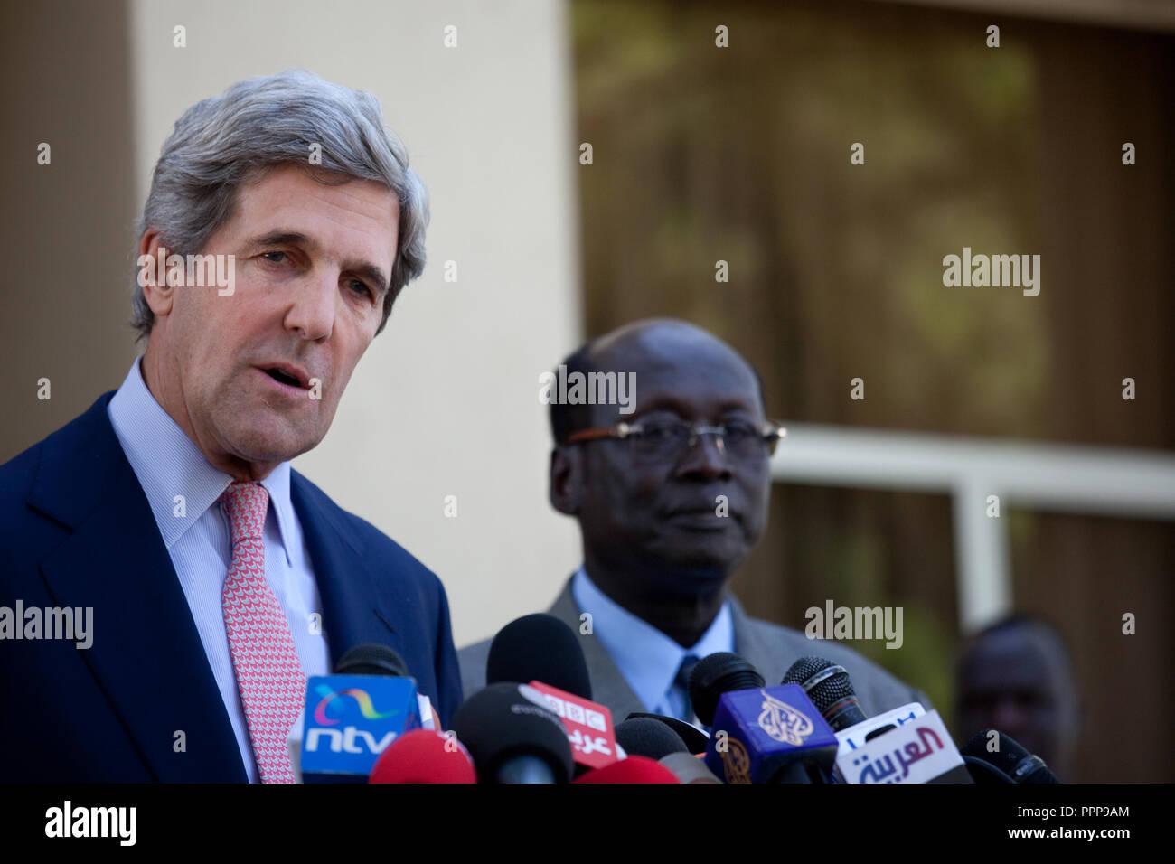 Januar 8, 2011 - Juba, Sudan - US-Senator John Kerry spricht mit Reportern nach seinem Treffen mit den Süden Sudans Präsident Salva Kiir in Juba, Südsudan. Im Süden des Sudan beginnt die Abstimmung in einem einwöchigen Unabhängigkeitsreferendum Sonntag, die wahrscheinlich zu sehen ist der größte afrikanische Land in zwei Teile gespalten. Um für den Volksentscheid zu übergeben, eine einfache Mehrheit muss Votum für die Unabhängigkeit und 60 Prozent der 3,9 Millionen registrierten Wähler müssen abgegebenen Stimmzettel. Photo Credit: Benedicte Desrus Stockfoto