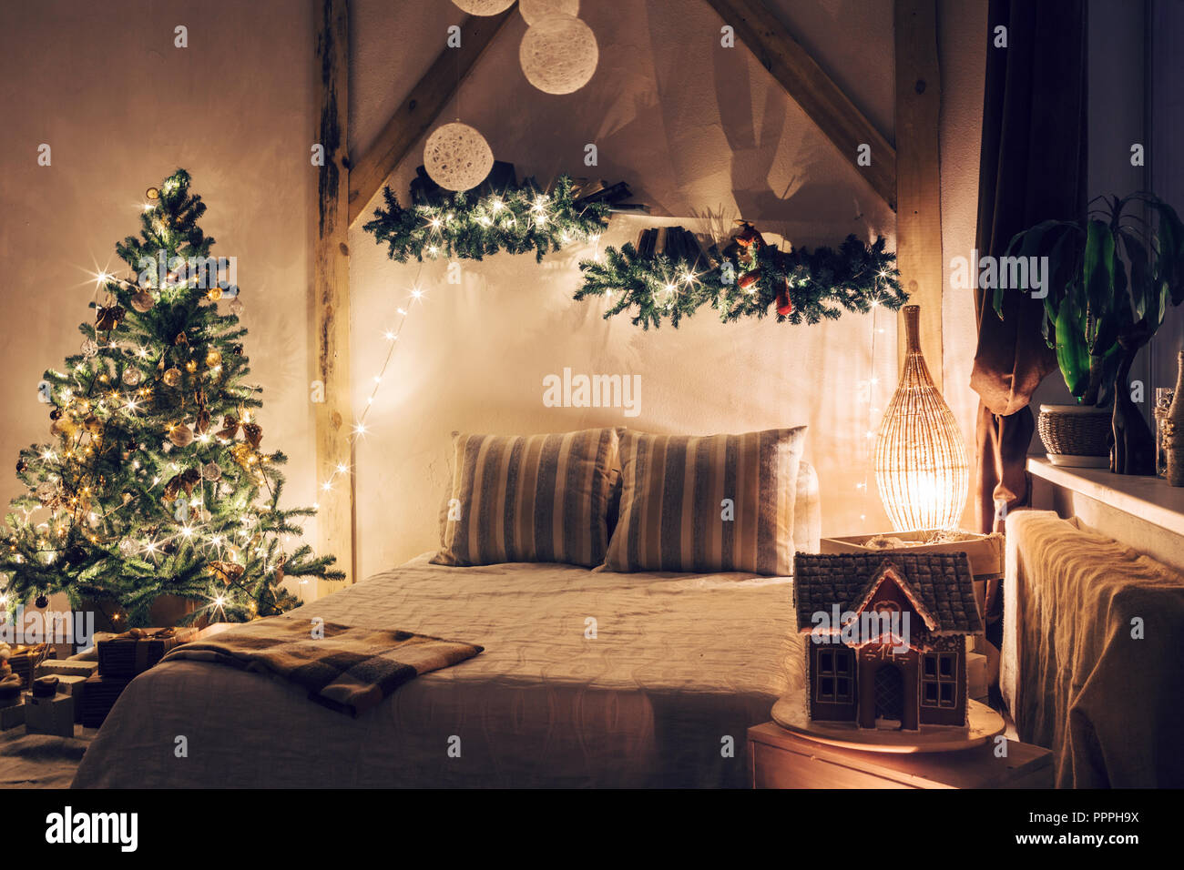 Warm und gemütlich am Abend im Wohnzimmer. Schlafsofa in Weihnachten ...