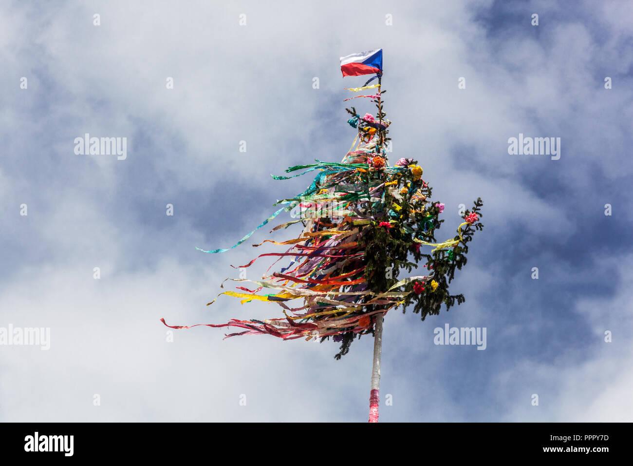 Tschechische Flagge auf der Oberseite der Maibaum Tschechische Republik Stockbild