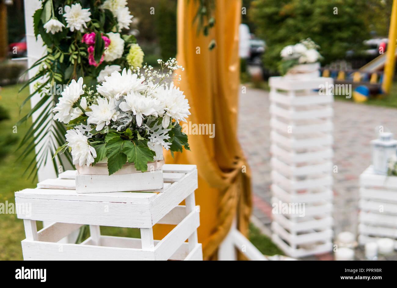 Dekoration Auf Einer Hochzeit Blumen Holz Bogen Mit Gelben Tuch