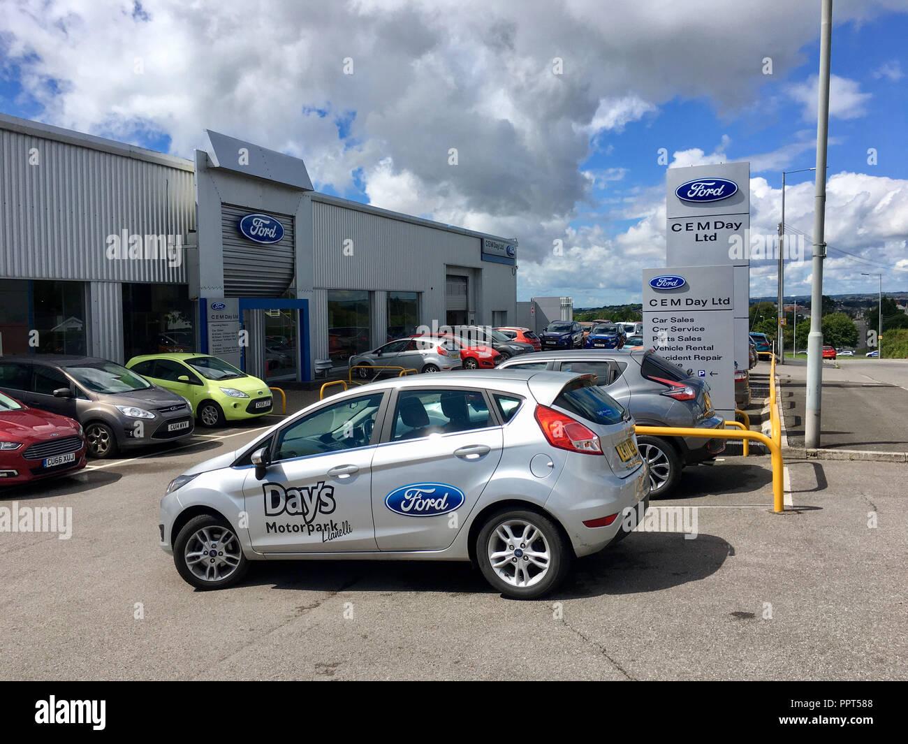 Gorseinon, Großbritannien: 10. August 2018: C.E.M. Tag spezialisieren sich auf den Verkauf oder die Vermietung von Ford, Peugeot und Fiat Autos der Marke. Stockbild