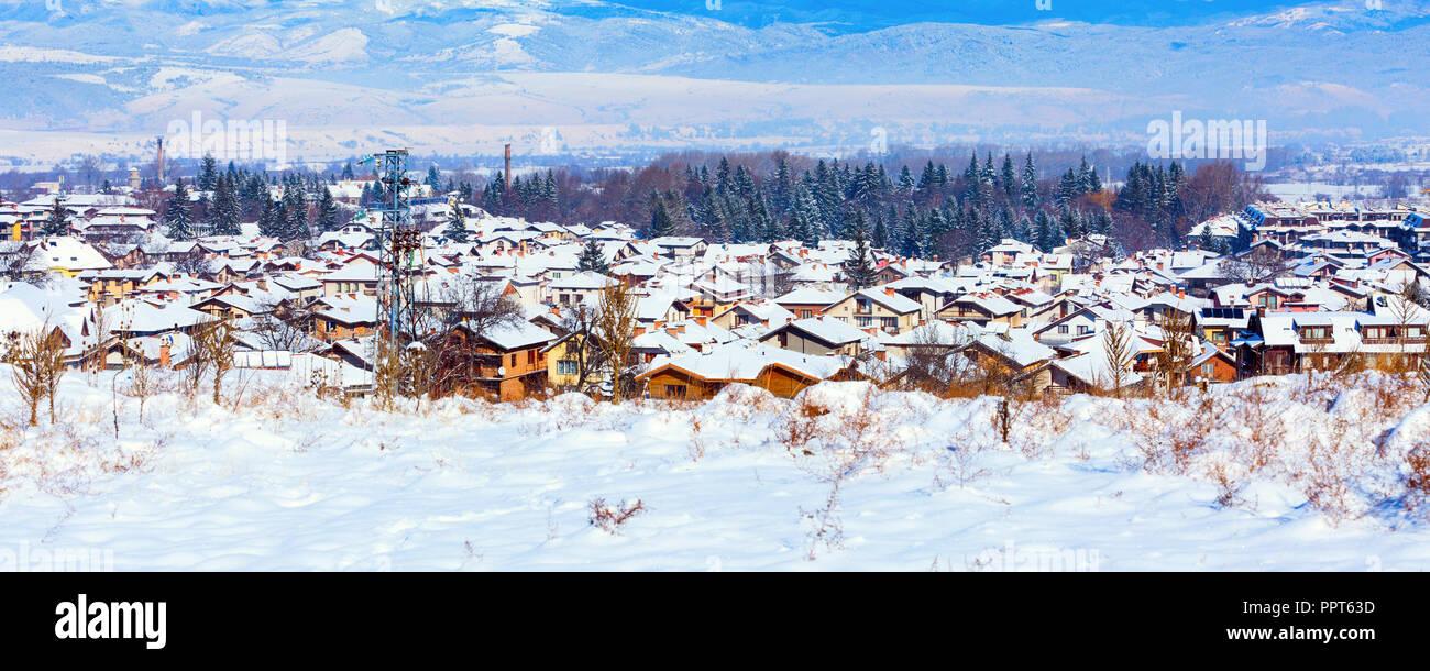 Häuser mit Schnee Dächer panorama Banner der bulgarischen Skigebiet Bansko, Bulgarien Stockbild