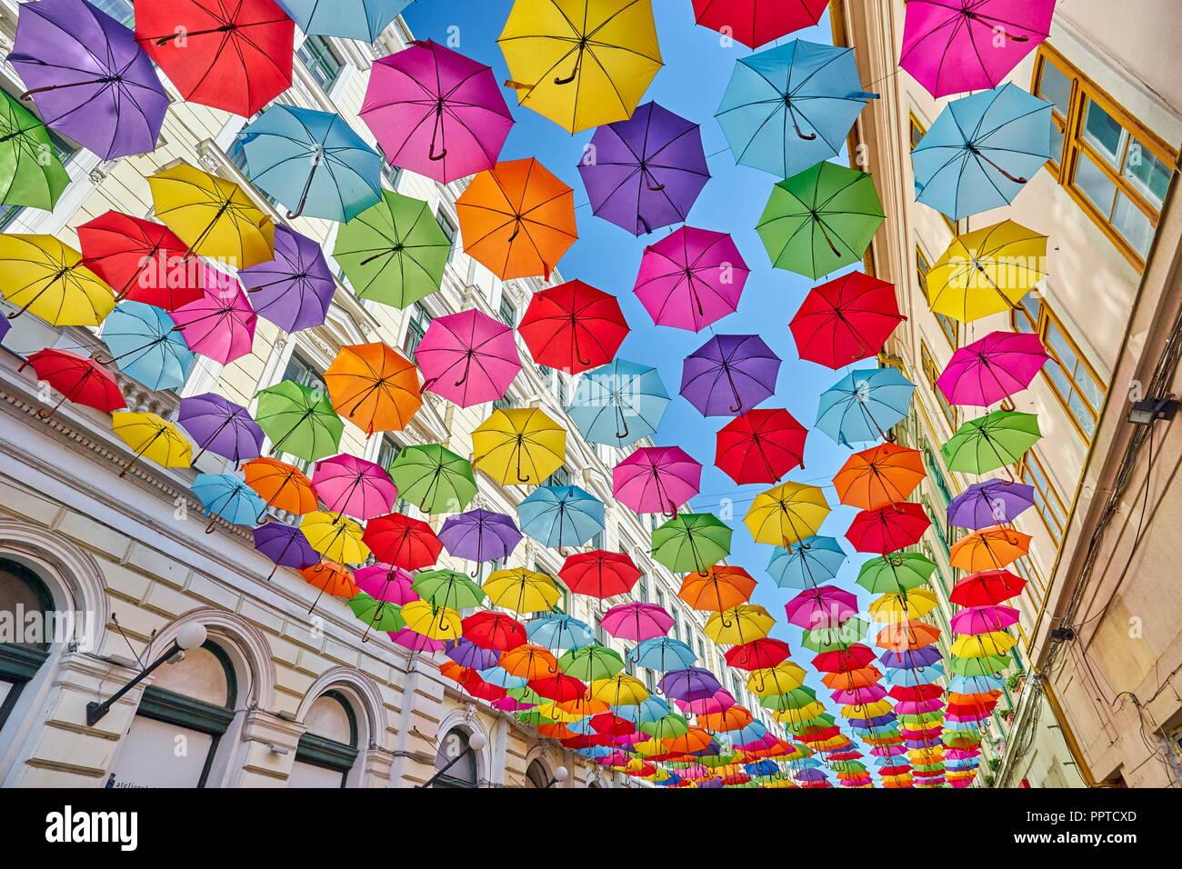 Straße mit farbigen Schirme Dekoration, Timisoara, Rumänien Stockbild