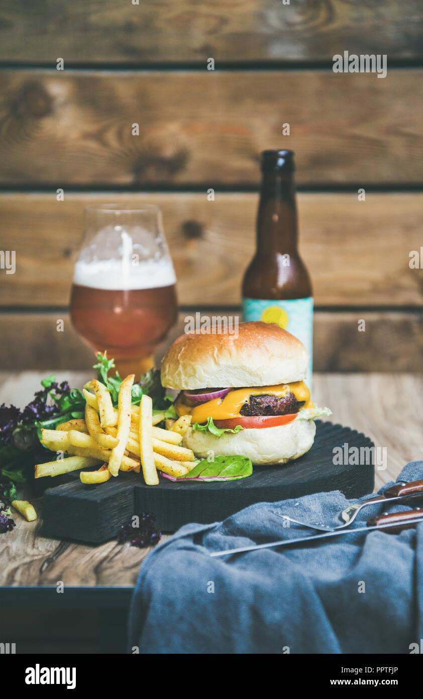 Classic Burger Abendessen mit Bier und Pommes Frites Stockbild