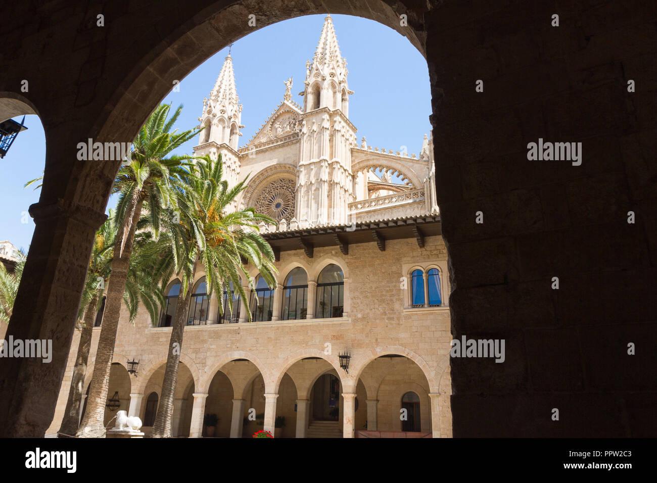 Almudaina Palast Außenansicht mit Kathedrale La Seu Türme im Hintergrund. Palma de Mallorca, Balearen, Spanien. Reiseziel Stockbild
