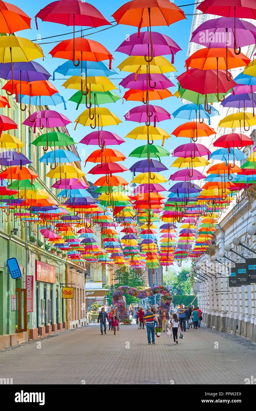 Straße mit farbigen Sonnenschirme in Timisoara, Rumänien Stockbild