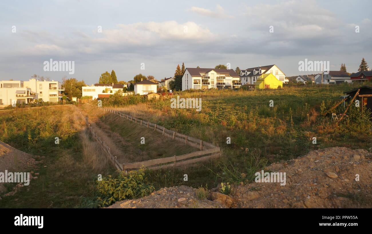 Neubaugebiet für Einfamilienhäuser, Doppelhäuser und Mehrfamilienhäuser Stockbild