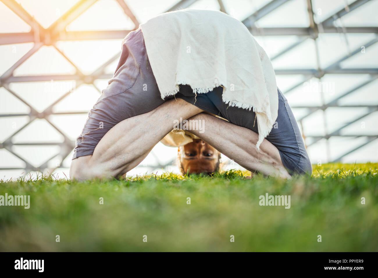 In der Nähe von attraktiven sportlichen Mann, Yoga und Aufwärmen im Freien. Stockbild