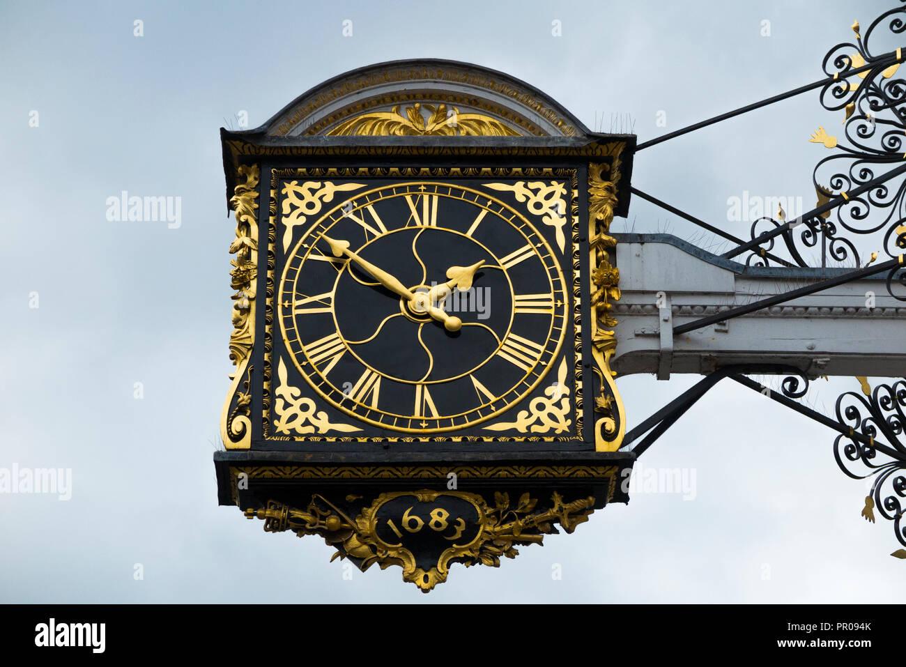 Das historische Guildford 1683 Town Clock auf der Vorderseite der Guildhall. High Street, Guildford. UK. (102) Stockbild
