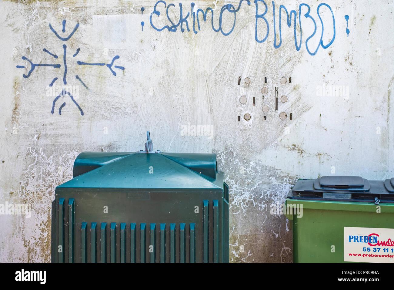 Müllcontainer und graffito, ESKIMO BIMBO, Harbolle Havn auf Moen Island, Dänemark, Skandinavien, Europa. Stockbild