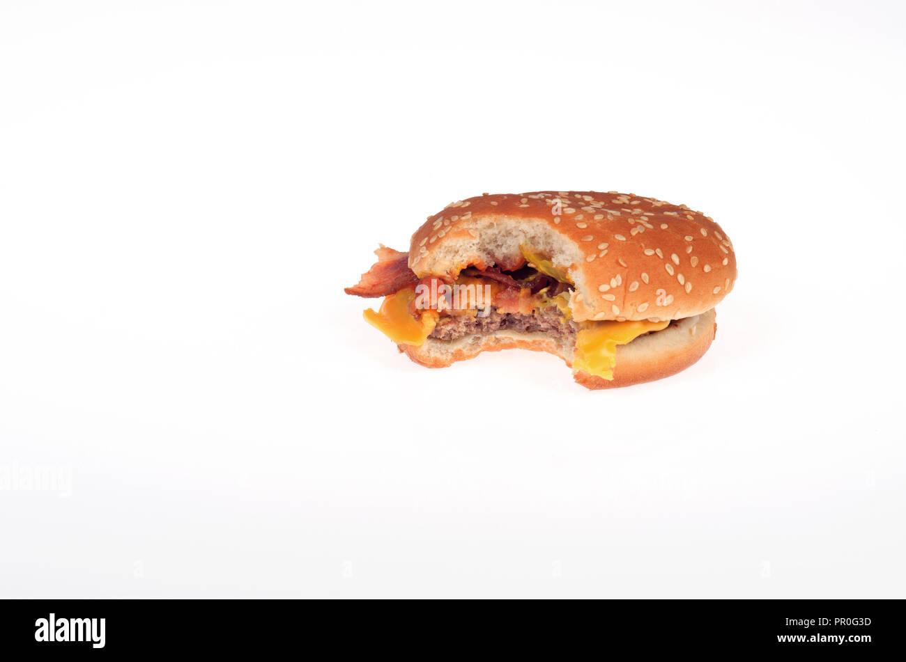 McDonalds Bacon Cheeseburger mit einem Bissen auf weißem Hintergrund Stockbild