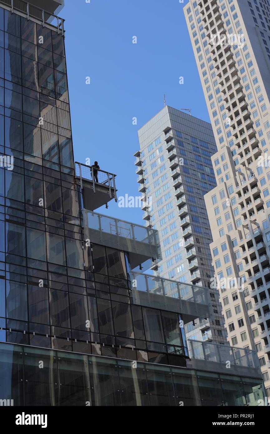 Solitary Man nach unten schaut aus Gebäude auf der Yonge und Bloor, Toronto, CA. Stockbild