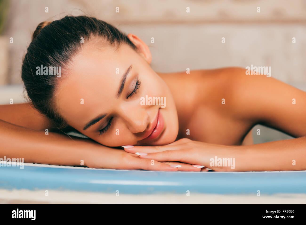 Frau entspannt mit geschlossenen Augen im Spa Salon Stockbild