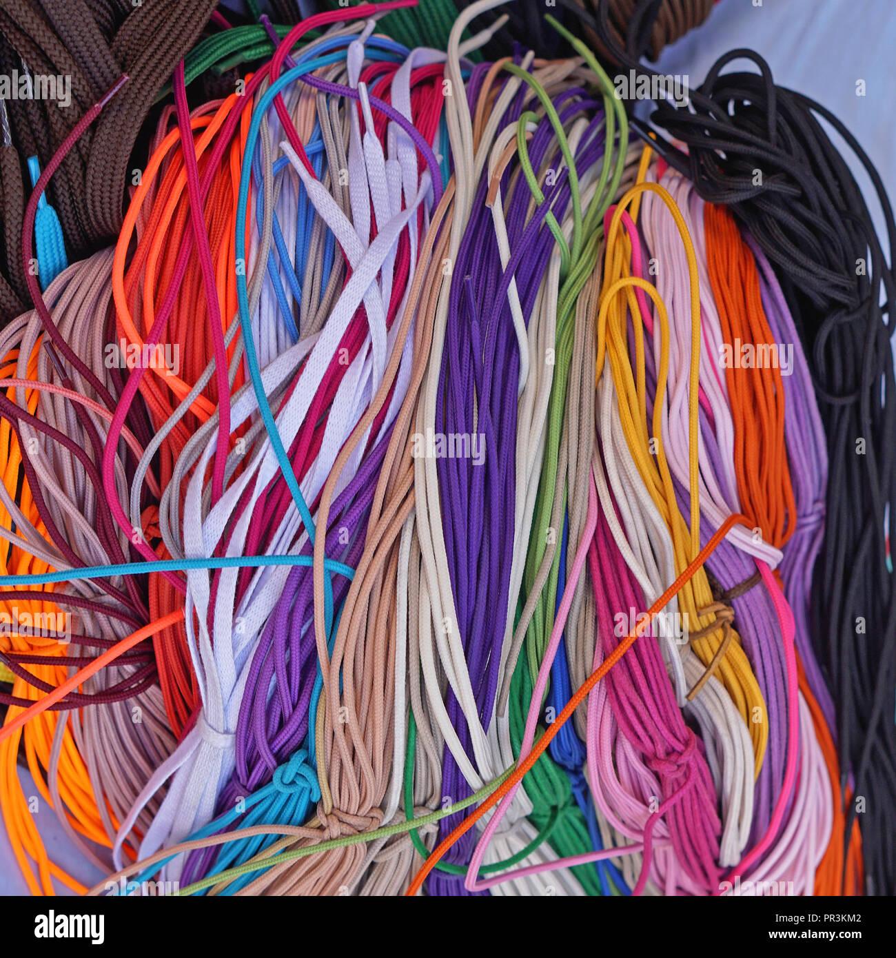 cf6f5d148dc902 Große Haufen neue farbige Schnürsenkel Strings Stockfoto