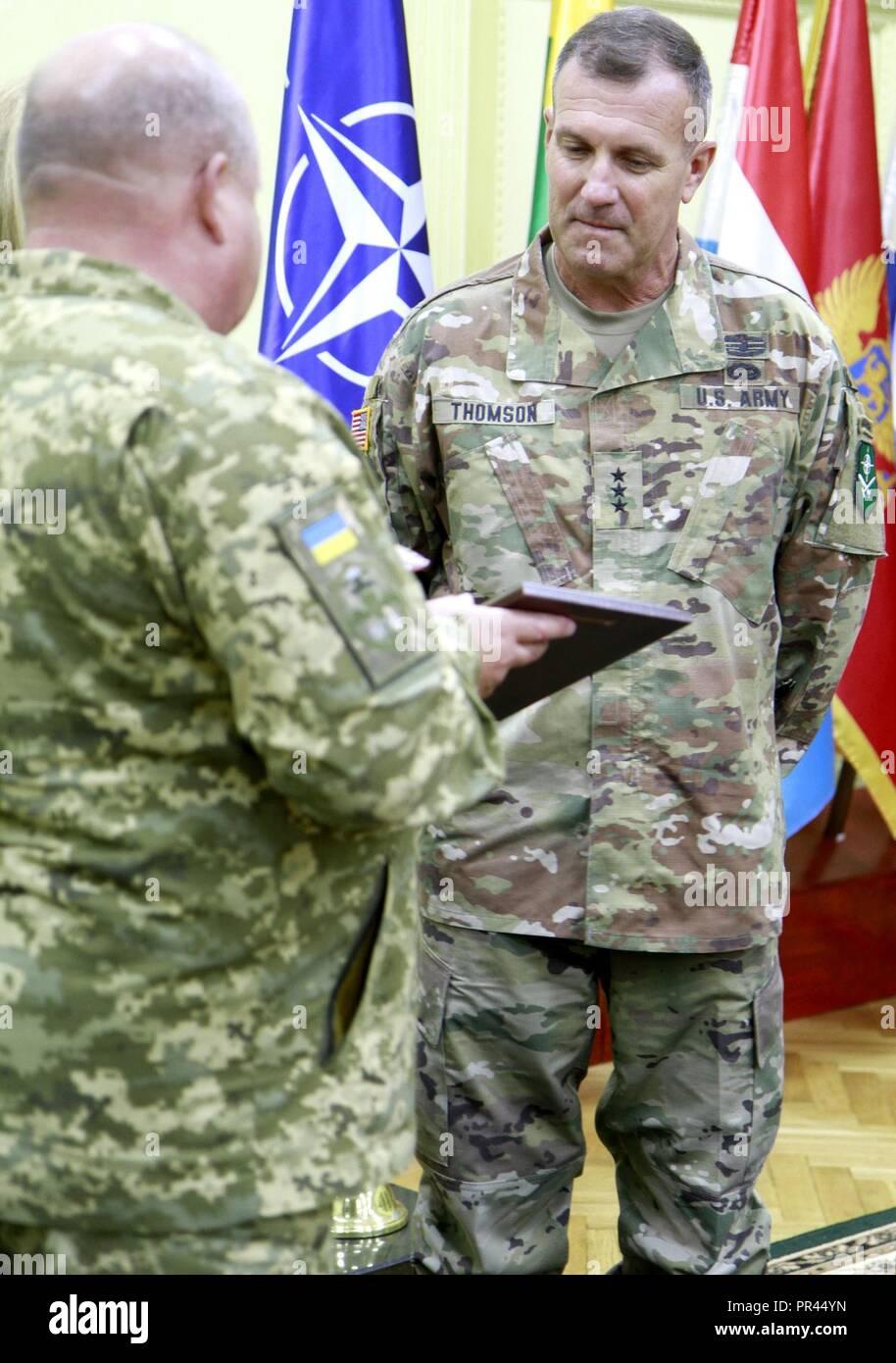 Ukrainische Col. Gen. 363 Popko (links), Kommandeur der ukrainischen Land Forces Command, präsentiert ein Geschenk der US-amerikanischen Armee Generalleutnant John Thomson (rechts), Kommandeur der NATO-Verbündeten Land Befehl (LANDCOM), nach der Unterzeichnung der Zusammenarbeit zwischen der Ukraine und der NATO Kommando Landstreitkräfte Allied Land Befehl bei schnellen Trident, Sept. 6 an der internationalen Friedenssicherung Security Center in der Nähe von Yavoriv, Ukraine. Stockfoto