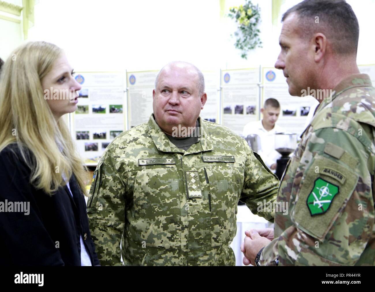 Ukrainische Col. Gen. 363 Popko (Mitte), Kommandeur der ukrainischen Land Forces Command, spricht durch sein Dolmetscher zu US-Armee Generalleutnant John Thomson (rechts), Kommandeur der NATO-Verbündeten Land Befehl (LANDCOM), nach der Unterzeichnung der Zusammenarbeit zwischen der Ukraine und der NATO Kommando Landstreitkräfte Allied Land Befehl bei schnellen Trident, Sept. 6 an der internationalen Friedenssicherung Security Center in der Nähe von Yavoriv, Ukraine. Stockfoto