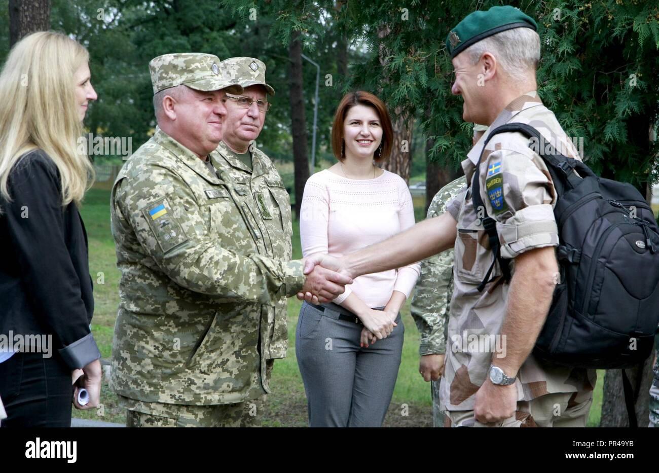 Ukrainische Col. Gen. 363 Popko (links), Kommandeur der ukrainischen Land Kräfte Befehl begrüßt einen schwedischen Vertreter, für schnelle Trident Gast tag Sept. 7 an der internationalen Friedenssicherung Security Center in der Nähe von Yavoriv, Ukraine unterschieden. Stockfoto