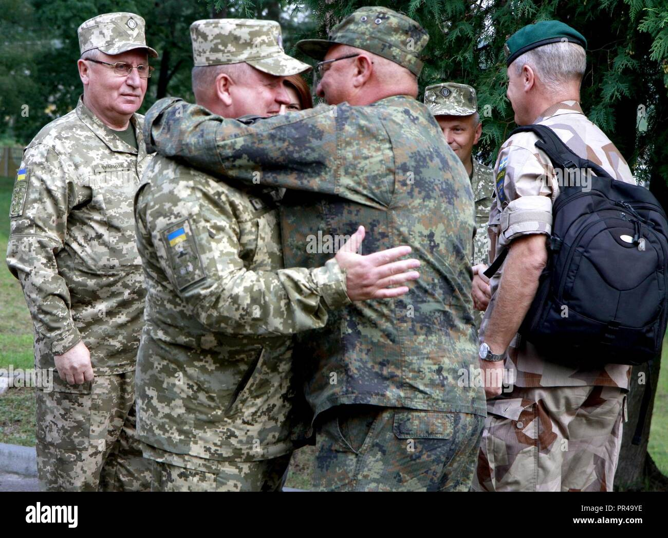 Ukrainische Col. Gen. 363 Popko (links), Kommandeur der ukrainischen Land Kräfte Befehl begrüßt einen Vertreter aus Deutschland, für die Schnelle Trident Gast tag Sept. 7 an der internationalen Friedenssicherung Security Center in der Nähe von Yavoriv, Ukraine unterschieden. Stockfoto