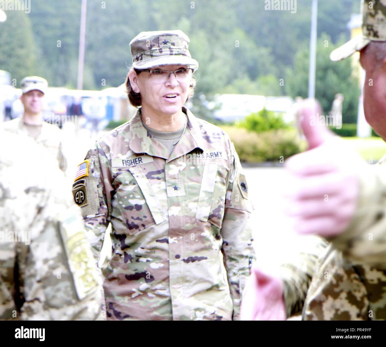 Us-Armee Brig. Gen. Kelly Fisher, Oklahoma Army National Guard Land Component Commander, ist der Ukrainischen Col. Gen. 363 Popko (rechts), Kommandeur der ukrainischen Land Forces Command, für schnelle Trident begrüßt Besucher tag Sept. 7 an der internationalen Friedenssicherung Security Center in der Nähe von Yavoriv, Ukraine unterschieden. Stockfoto