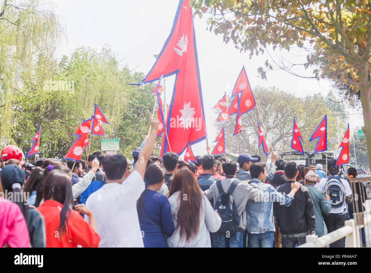 Kathmandu, Nepal - Mar 10,2018: Menschen bei Rallye mit nepalesischen Flaggen in Kathmandu. Demonstranten Stockbild