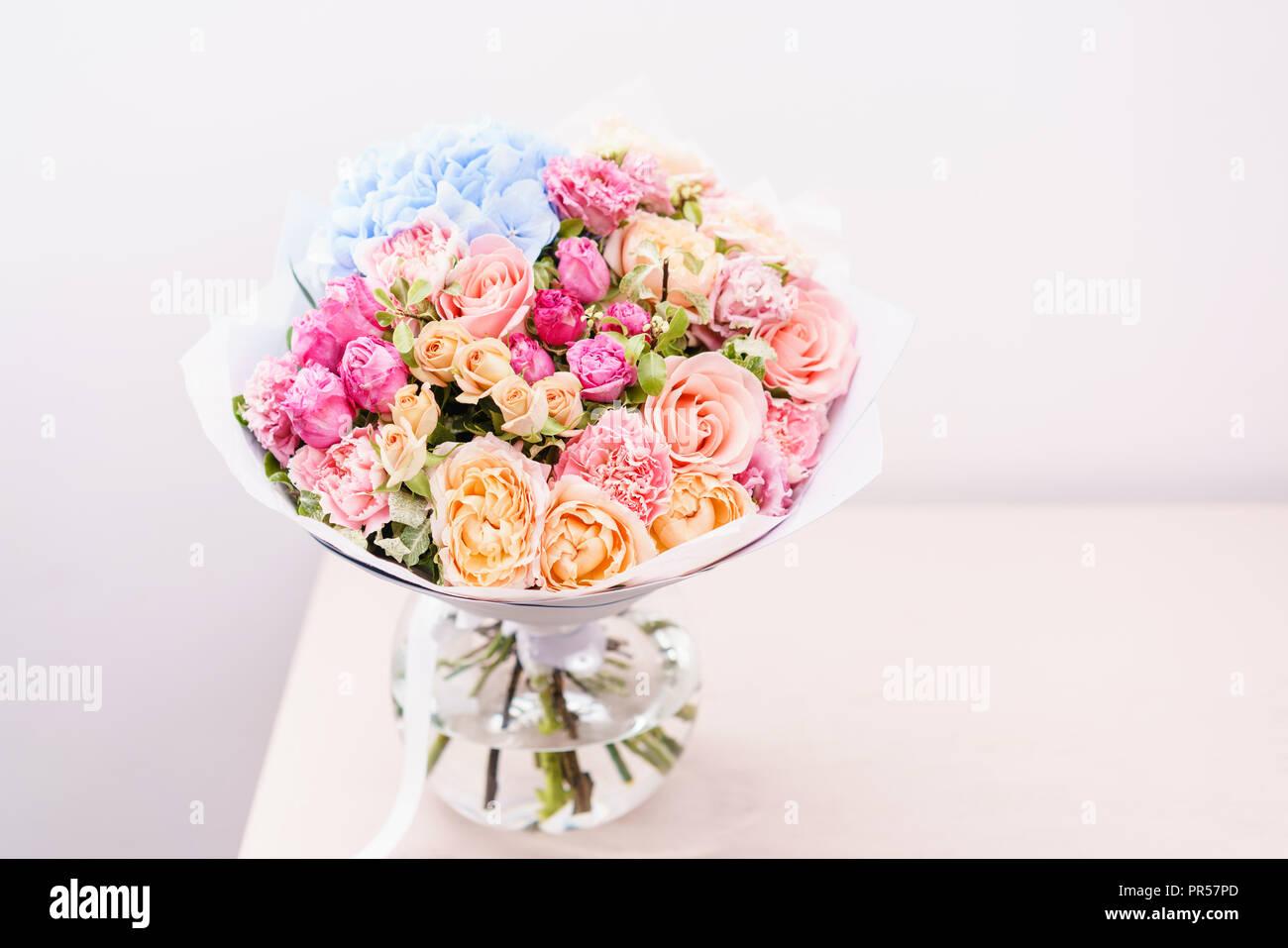 sch ner fr hling bouquet blumen anordnung mit verschiedenen farben in glas vase auf rosa. Black Bedroom Furniture Sets. Home Design Ideas
