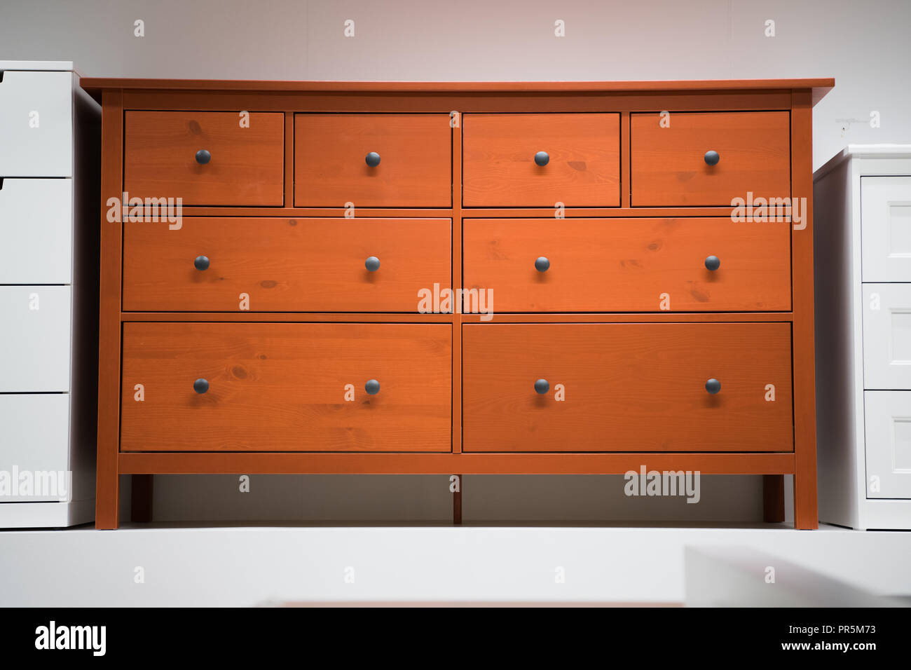 Vintage Rot Kommode Es Ist Aus Holz Stockfoto Bild 220787143 Alamy