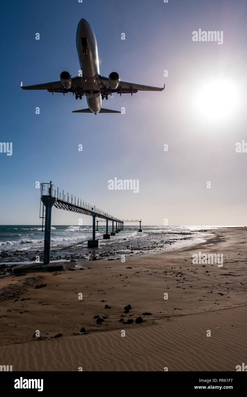 Flugzeug landet fast am Flughafen Lanzarote, vom Strand auf das Meer gesehen Stockbild