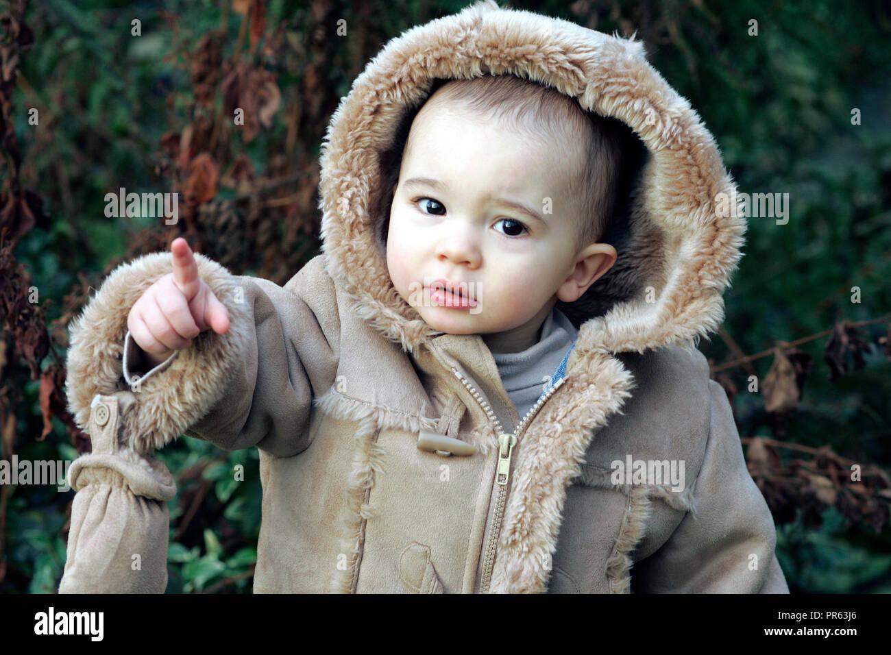 Männliche Kleinkind für kaltes Wetter gekleidet Stockbild