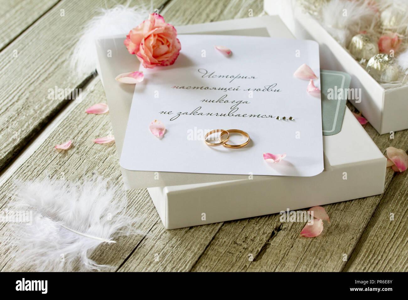 Zwei Goldene Hochzeit Ringe Schachtel Pralinen Und Ein Einladung