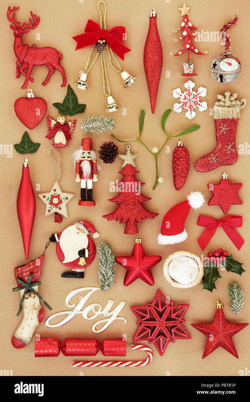 Christmas Joy mit retro Christbaumkugel Christbaumschmuck und Ornamente mit Winter Flora und traditionelle Symbole der Weihnachtszeit Hintergrund. Stockbild