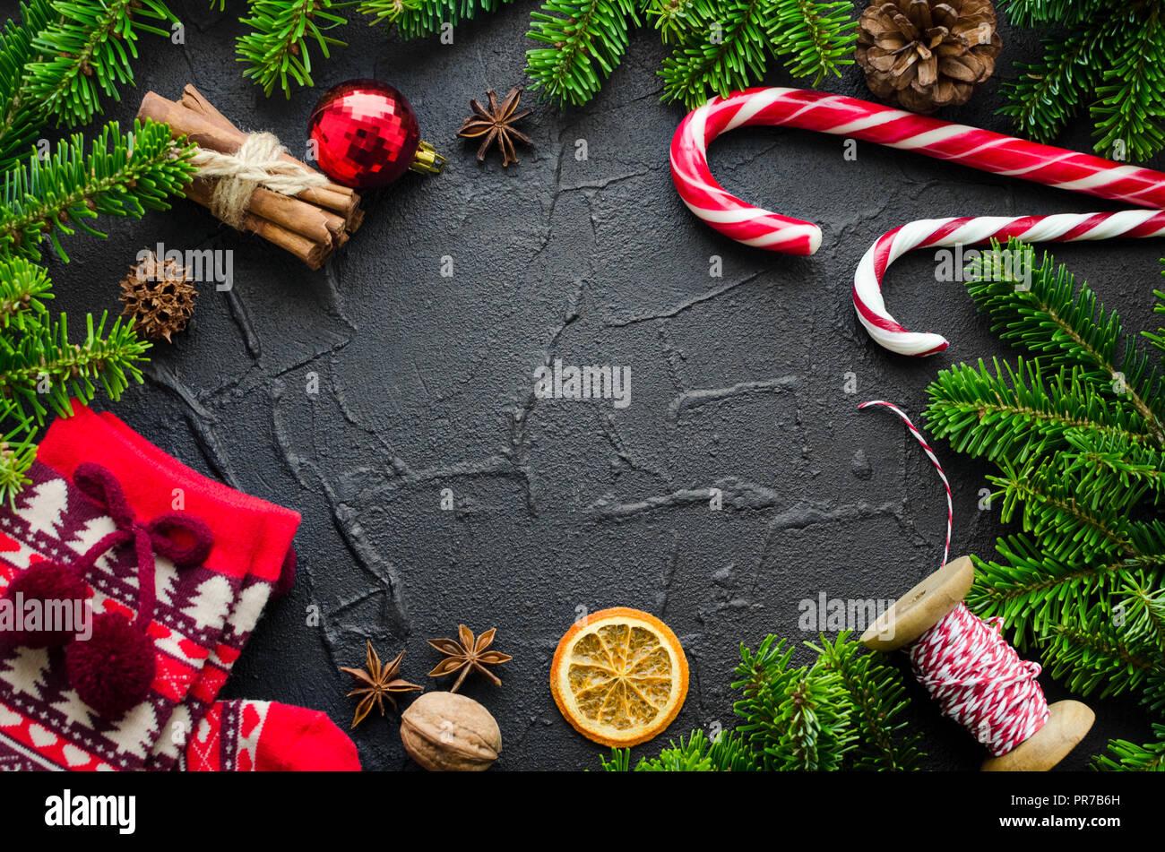 Frohe Weihnachten Rahmen.Weihnachten Rahmen Von Tannenbaum Zweige Und Dekorationen Auf