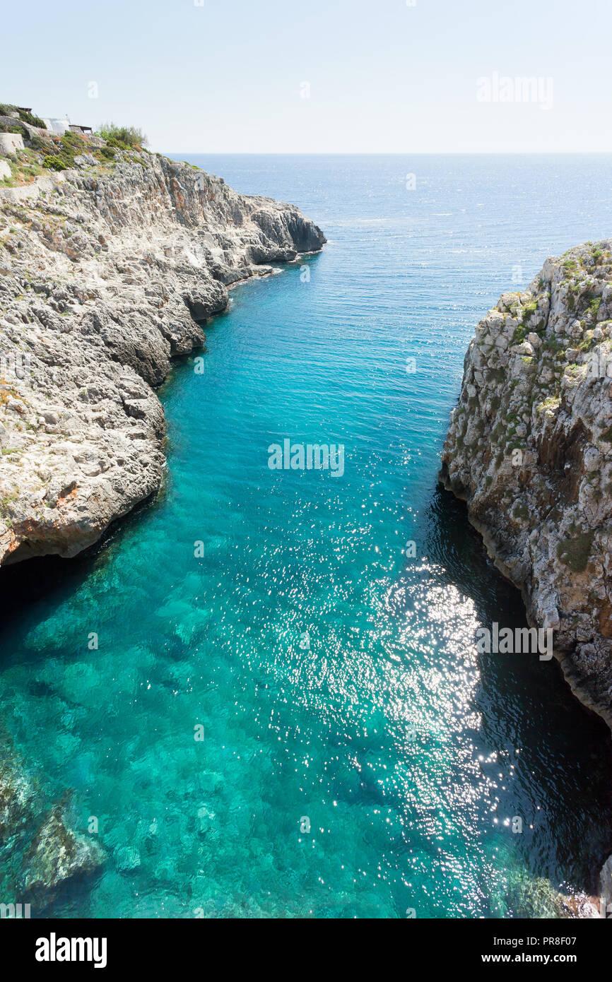 Apulien Leuca, Italien, Grotte von ciolo - Refelcting Sonnenlicht auf der Wasseroberfläche Stockfoto