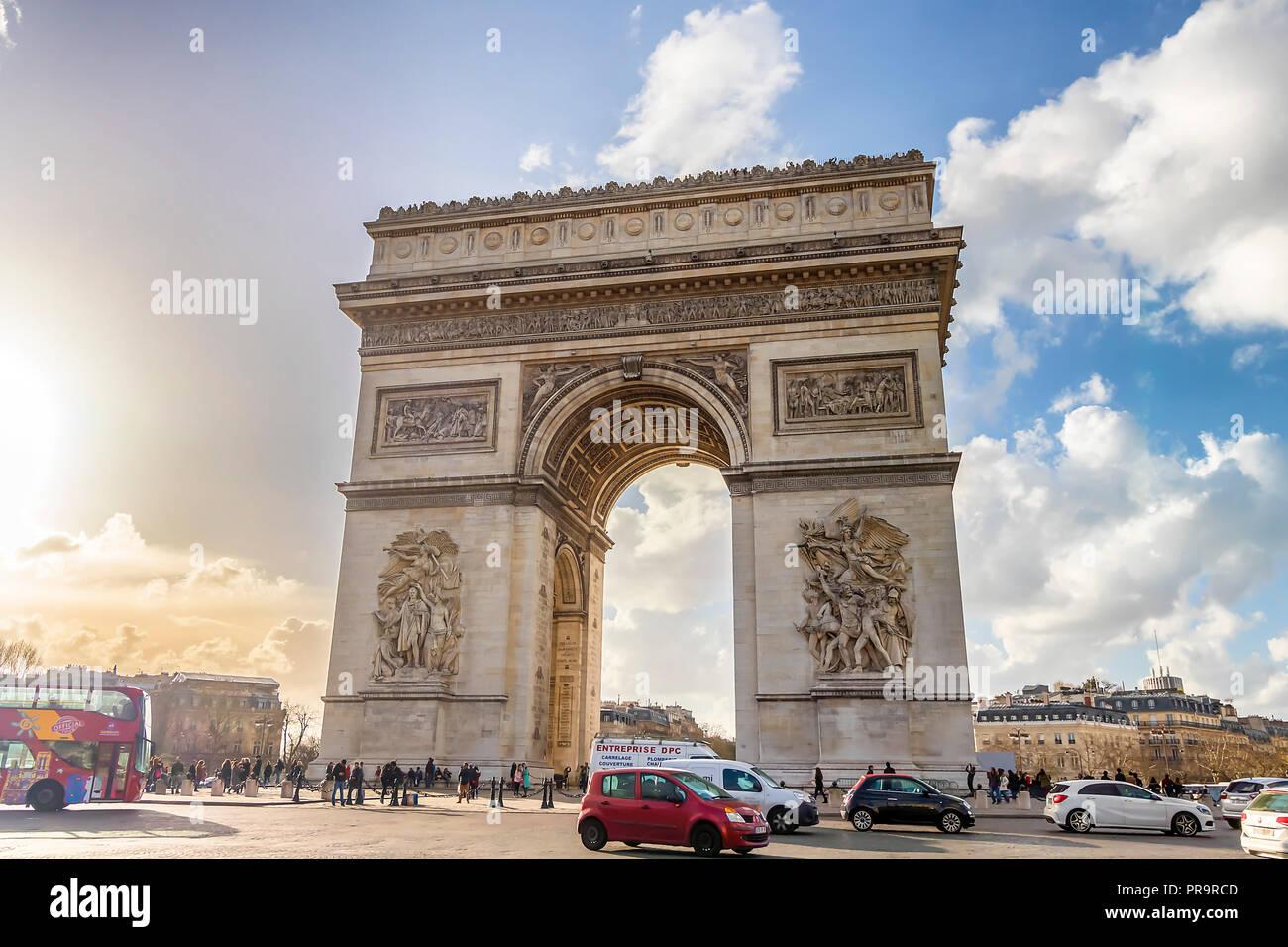 Paris, Frankreich, 14. März 2018: Blick auf den Triumphbogen mit dem geschäftigen Straße mit Kopfsteinpflaster, Hintergrundbeleuchtung, bei Sonnenuntergang Stockbild