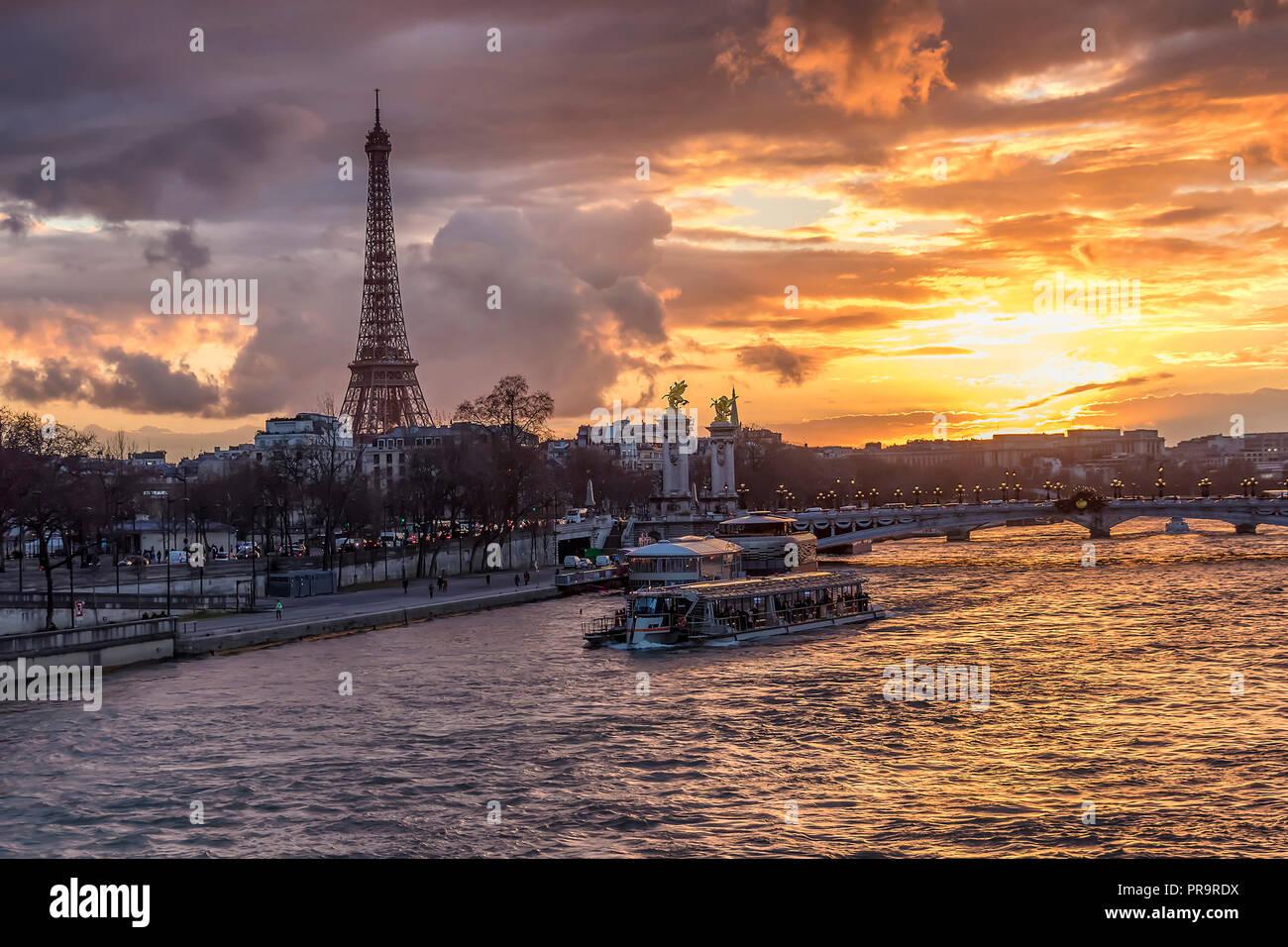 Sonnenuntergang in Paris, mit Seine, Pont Alexandre III und dem Eiffel Turm gelegen. Stockbild